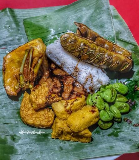 Kuliner Legendaris Cikini : Nasi uduk Gondangdia dengan Tempe, tahu, Ayam, Pete dan sambal