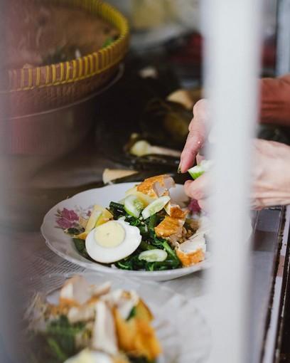 Kuliner Legendaris Cikini : Pedagang sedang menambhakan isian gado-gado