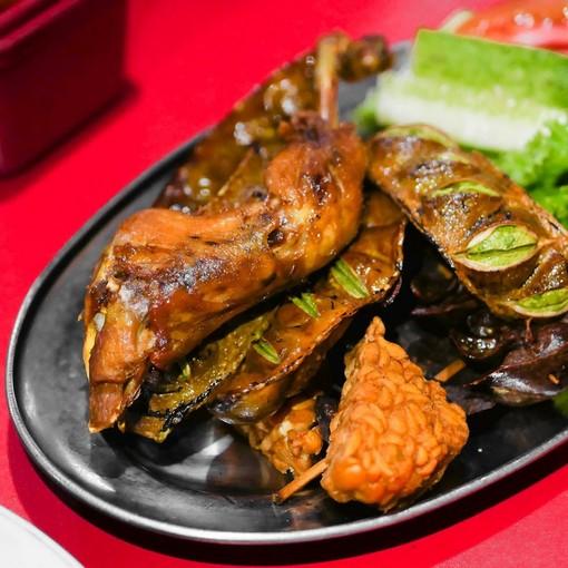 Kuliner Legendaris Cikini : Nasi Uduk Gondangdia dengan ayam goreng, pete dan tempe