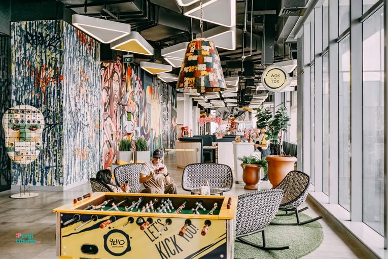Staycation di tengah Kota : Ornamen dan penataan area lobby yang bikin betah