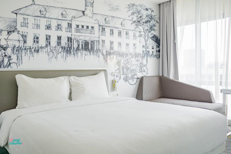 Staycation di tengah Kota : Kamar tidur dengan warna monokrom
