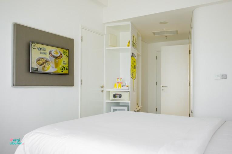 Staycation di tengah Kota : Kamar dilengkapi televisi, safety box, dan connecting door.