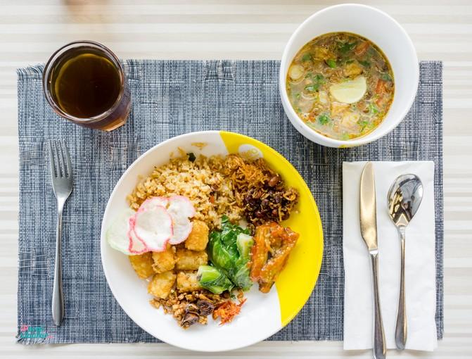 Staycation di tengah Kota : Sepiring nasi dengan aluk, es teh dan soto daging
