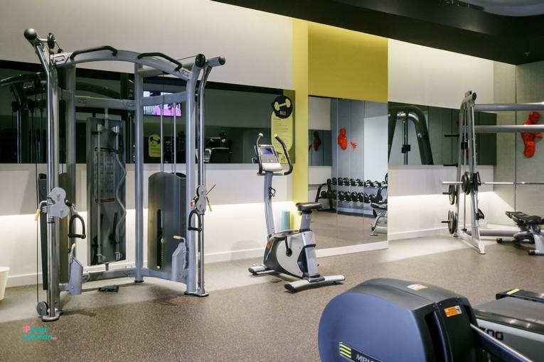 Staycation di tengah Kota : Ruangan gym yang dilengkapi alat-alat pro