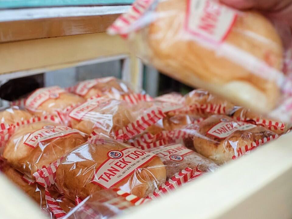Kuliner Legendaris Cikini : Roti Jadul Tan Ek Tjoan tersusun rapi di gerobak