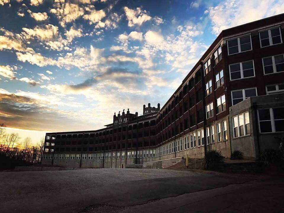 Tampak depan bangunan waverly hills sanatorium, tempat misteri