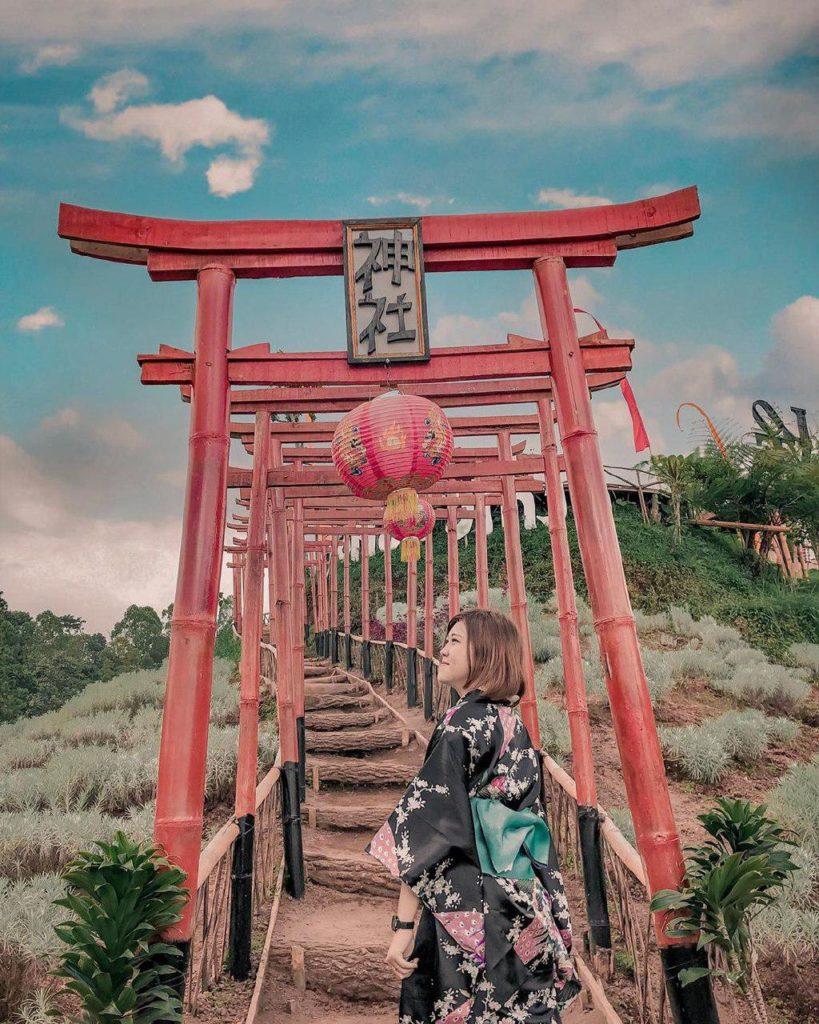 Berfoto dengan kimono di Taman Jinja Bali