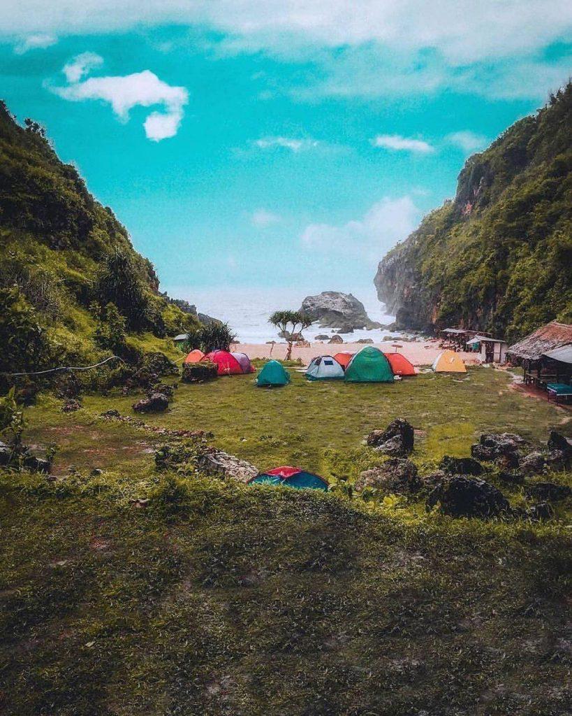 Pantai Wohkudu bisa sebagai tempat camping