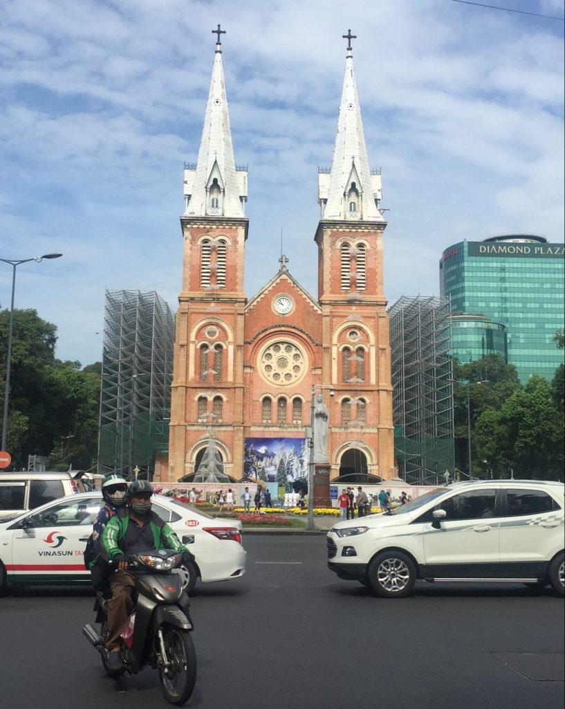 Gereja ikonik berarsitektur Eropa ditengah kota Saigon