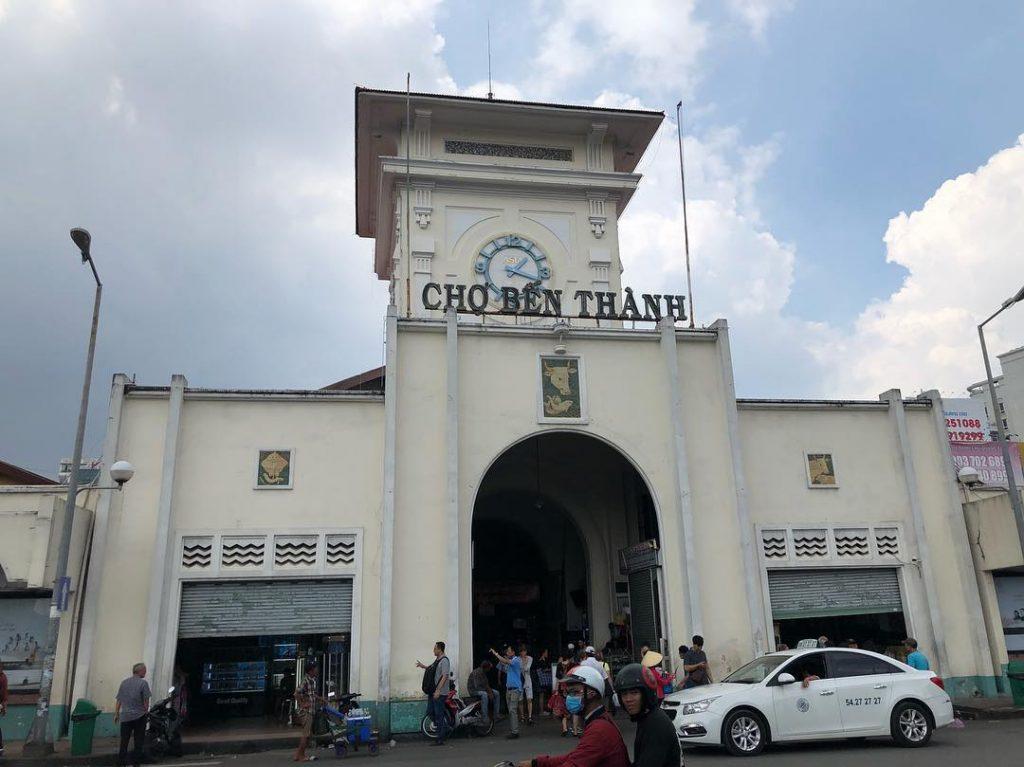 Jalanan di depan pasar Ben Thanh Saigon